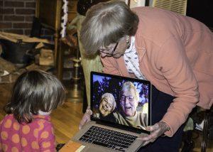 גולשים ברשת איך להדריך את סבא וסבתא על שימוש באינטרנט