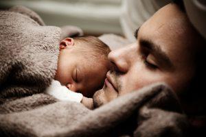 האם אבות יכולים לשלב עבודה עם הורות?