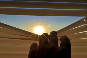מגרשים את החושך: איך מכניסים אור שמש טבעי לתוך הבית?